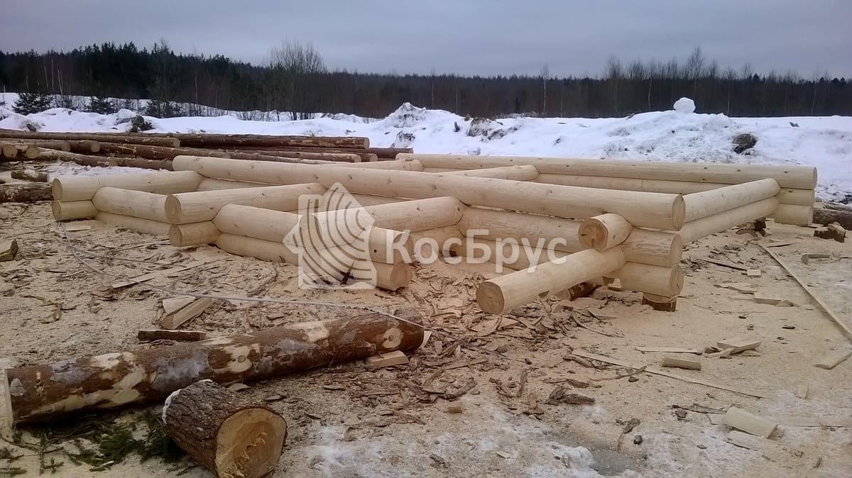 Идет процесс рубки сруба по проекту «Изида»