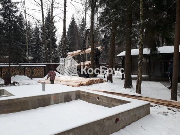 Разгрузка материала на месте строительства